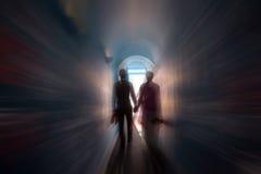 Молодая пара свадьбы идет к свету Стоковые Фото