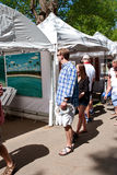 Молодая пара смотрит картины на дисплее в фестивале искусств Стоковые Изображения RF