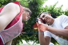 Молодая пара снимает Стоковые Изображения RF
