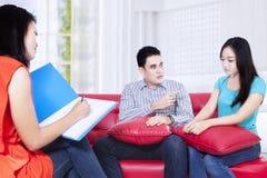 Молодая пара советует с на психологе Стоковое Изображение
