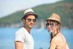 Молодая пара с шляпами Стоковое Фото