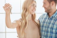 Молодая пар ренты квартиры недвижимость совместно Стоковые Фото