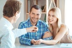 Молодая пар ренты квартиры недвижимость совместно стоковые изображения