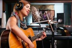 Молодая певица стоковое изображение
