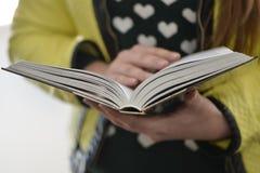 Молодая повелительница читает книгу Стоковые Фотографии RF