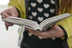Молодая повелительница читает книгу Стоковая Фотография