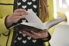 Молодая повелительница читает книгу Стоковые Изображения
