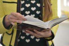 Молодая повелительница читает книгу Стоковое фото RF