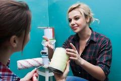 Молодая подруга и ремонт в комнате Стоковая Фотография RF