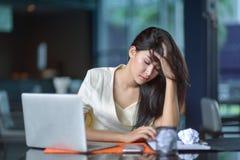 Молодая привлекательная азиатская бизнес-леди спать, drowsing или taki Стоковая Фотография