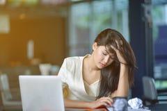 Молодая привлекательная азиатская бизнес-леди спать, drowsing или taki Стоковые Фото