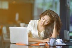 Молодая привлекательная азиатская бизнес-леди спать, drowsing или taki Стоковые Изображения RF