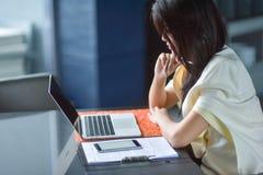 Молодая привлекательная азиатская бизнес-леди спать, drowsing или taki Стоковое Изображение