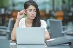 Молодая привлекательная азиатская бизнес-леди спать, drowsing или taki Стоковое Фото