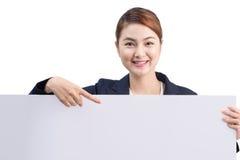 Молодая привлекательная азиатская женщина показывая белую доску Стоковое Изображение