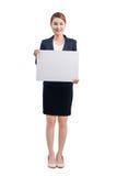 Молодая привлекательная азиатская женщина показывая белую доску Стоковая Фотография RF