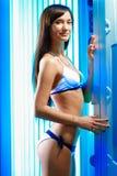 Молодая привлекательная девушка брюнет стоит в работая solari Стоковая Фотография
