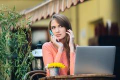 Молодая привлекательная девушка говоря на мобильном телефоне Стоковые Фото