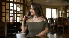 Молодая привлекательная девушка имея видео- ресторан звонка видеоматериал