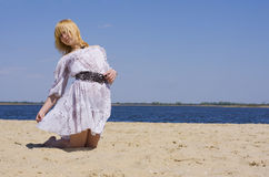 Молодая привлекательная девушка на пляже Стоковое фото RF
