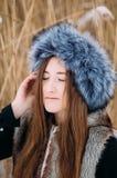 Молодая привлекательная девушка обнимая снег в зиме Portr зимы Стоковая Фотография