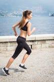 Молодая привлекательная женщина бежать outdoors Стоковая Фотография