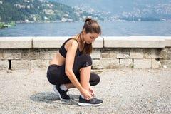 Молодая привлекательная женщина бежать outdoors Стоковые Фото