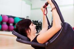 Молодая привлекательная женщина брюнет работая в спортзале стоковые фотографии rf