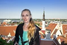 Молодая привлекательная женщина восхищает крыши домов старого города от смотровой площадки tallinn эстония Стоковая Фотография