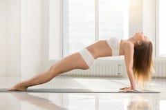 Молодая привлекательная женщина в верхнем представлении планки, белом backgro цвета Стоковая Фотография