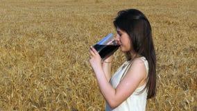 Молодая привлекательная женщина в красивом естественном платье идя с ба сток-видео