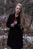 Молодая привлекательная женщина в парке падения Стоковое Изображение