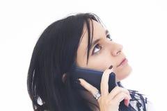 Молодая привлекательная женщина говоря на телефоне Стоковые Фото