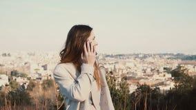 Молодая привлекательная женщина говоря на smartphone, усмехаясь Счастливая туристская женщина наслаждаясь городом Италия rome сток-видео
