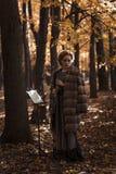 Молодая привлекательная женщина держа oboe стоя против музыкальной стойки Стоковые Фотографии RF