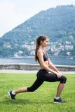 Молодая привлекательная женщина делая тренировки outdoors Стоковые Фото