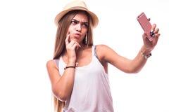 Молодая привлекательная женщина делая фото selfie на smartphone Стоковые Изображения