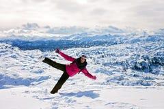 Молодая привлекательная женщина, катаясь на лыжах в австрийском лыжном курорте на солнечном Стоковое фото RF