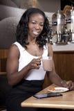 Молодая привлекательная женщина на coffeeshop Стоковое фото RF