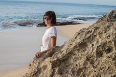 Молодая привлекательная женщина около океана на летний день Тропический остров Бали, Индонезия Стоковая Фотография