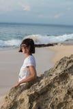 Молодая привлекательная женщина около океана на летний день Тропический остров Бали, Индонезия Стоковые Изображения RF