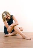 Молодая привлекательная женщина отжатая и унылая стоковое фото