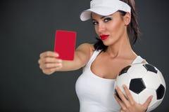 Молодая привлекательная женщина показывая красную карточку стоковая фотография rf
