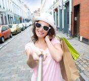 Молодая привлекательная женщина принимая selfie пока ходящ по магазинам Стоковые Изображения RF