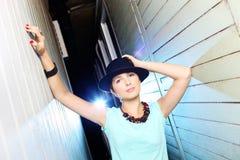 Молодая привлекательная женщина с представлять шляпы стоковые фото