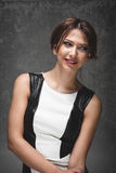 Молодая привлекательная женщина с усмехаться волос брюнет Стоковые Фото