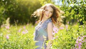 Молодая привлекательная женщина outdoors Стоковые Изображения