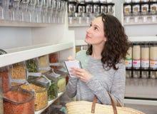 Молодая привлекательная женщина shooping освобождает специи на бакалее Стоковое Изображение RF