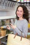 Молодая привлекательная женщина shooping освобождает специи на бакалее Стоковые Изображения RF