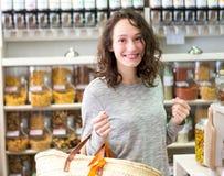 Молодая привлекательная женщина shooping освобождает специи на бакалее Стоковые Изображения
